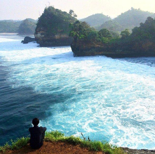 Uniknya Kolam Hijau Lumut Pantai Batu Bengkung Malang